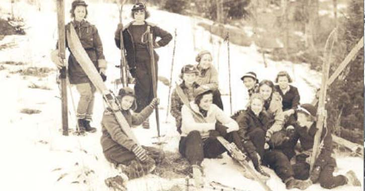 grou of female skiers