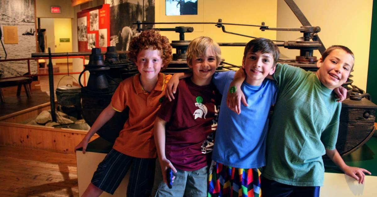 kids posing at museum