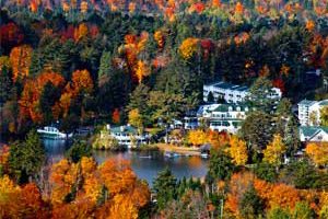 mirror lake inn with fall foliage